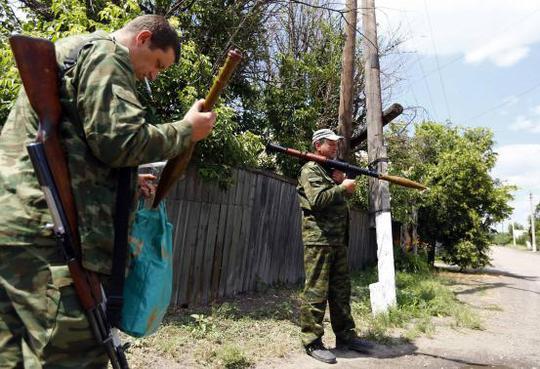 Lực lượng ly khai thân Nga vũ trang ở khu vực Donetsk, Đông Ukraine hôm 19-6. Ảnh: Reuters