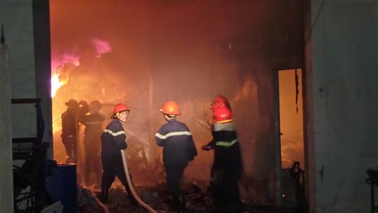 Lực lượng PCCC vật lộn suốt 5 giờ mới khống chế được lửa