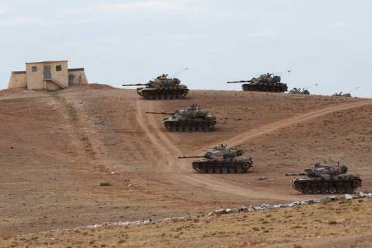 Xe tăng Thổ Nhĩ Kỳ triển khai tới biên giới Syria. Ảnh: Reuters