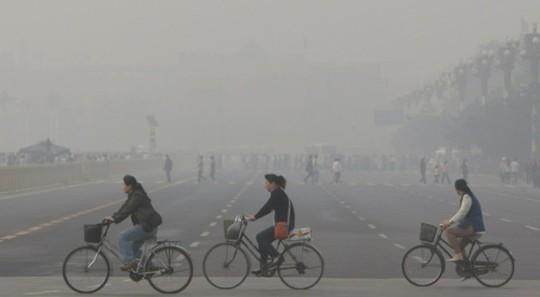 Bắc Kinh mờ mịt khói bụi do ô nhiễm môi trường. Ảnh: Guardianlv
