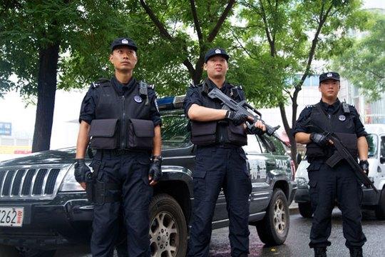 Nhân viên cảnh sát đặc biệt Trung Quốc trang bị súng đóng chốt ở thủ đô Bắc Kinh. Ảnh: China Daily