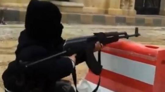 Cậu bé 4 tuổi đang sử dụng khẩu AK-47. Ảnh: Youtube