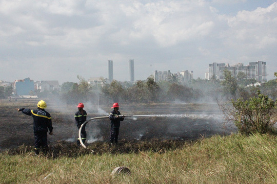 Sau 2 lần điều quân, lực lượng cứu hỏa mới dập tắt hoàn toàn đám cháy