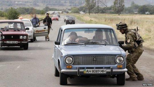 Lực lượng tự vệ Ukraine chốt chặn gần TP Mariupol. Ảnh: Reuters