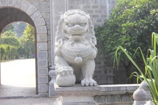 Cận cảnh sư tử đá phong cánh Trung Quốc ở Cố đô Hoa Lư