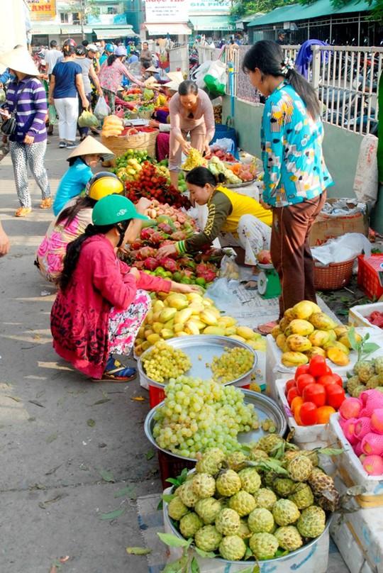 Tại các chợ, trái cây nhà vườn đưa ra bán lẻ gần như không còn. Ảnh Ngọc Trinh.