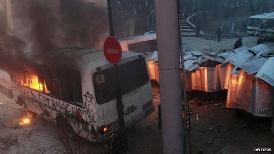 Bom xăng được sử dụng trong cuộc đụng độ. Ảnh: Reuters