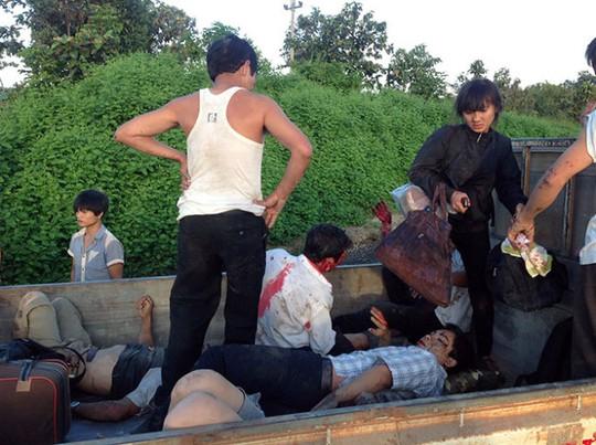 Các nạn nhân bị thương được đưa đi cấp cứu
