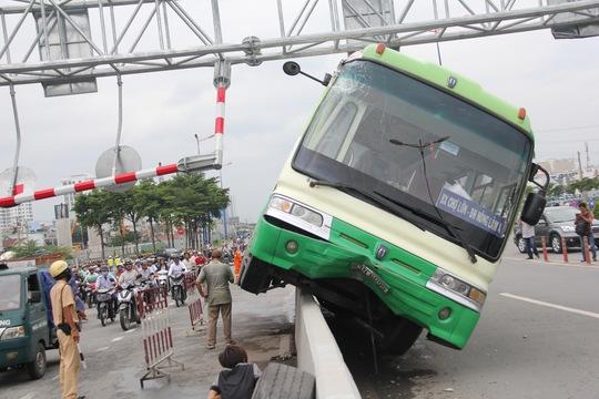 Xe buýt bị móp phần đầu, các hành khách may mắn không ai bị thương
