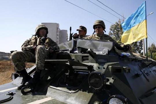 Binh lính Ukraine di chuyển ở TP Mariupol. Ảnh: Reuters