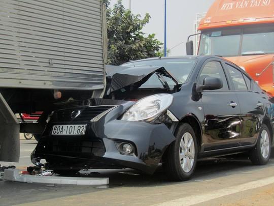 Đầu và đuôi ô tô 4 chỗ hư hỏng nặng