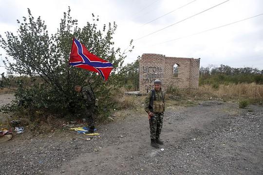 Các tay súng ly khai thân Nga kiểm tra khu vực thị trấn Zhdanivka, Đông Ukraine hôm 23-9. Ảnh: AP