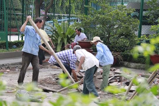 Công nhân khẩn trương hoàn thành các khâu để hoàn thành việc sửa chữa cơ sở này