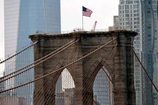 Cờ Mỹ trước và sau khi bị tẩy trắng xóa trên cầu Brooklyn. Ảnh; New York Post