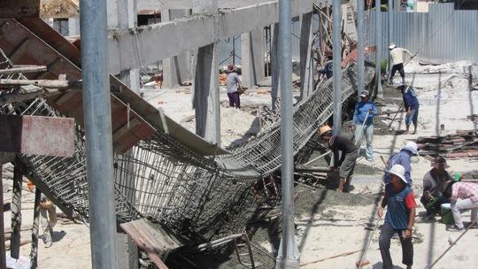 Hiện trường vụ sập dầm ngang tại chợ Mũi Né làm 2 công nhân bị thương