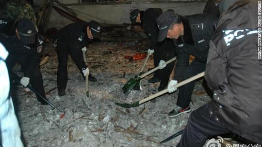 Nhân viên cứu hộ đào bới đống đổ nát tìm kiếm nạn nhân. Ảnh: CNN