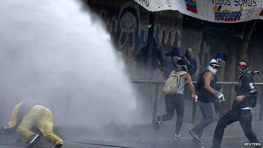 Biểu tình bùng nổ thành xung đột tại Venezuela. Ảnh: Reuters