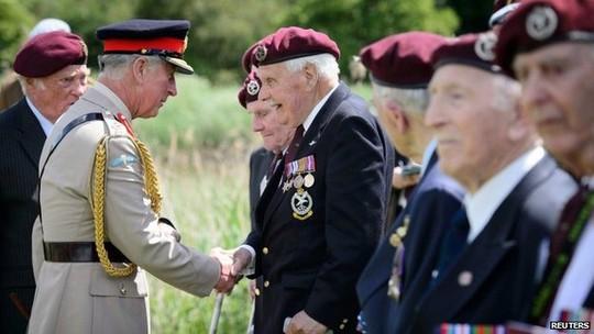 Thái tử Charles bắt tay các cựu binh Anh tại lễ kỷ niệm D-Day. Ảnh: Reuters