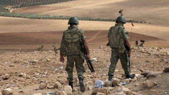 Binh sĩ Thổ Nhĩ Kỳ ở biên giới giáp Syria, cách IS chỉ vài km. Ảnh: AP