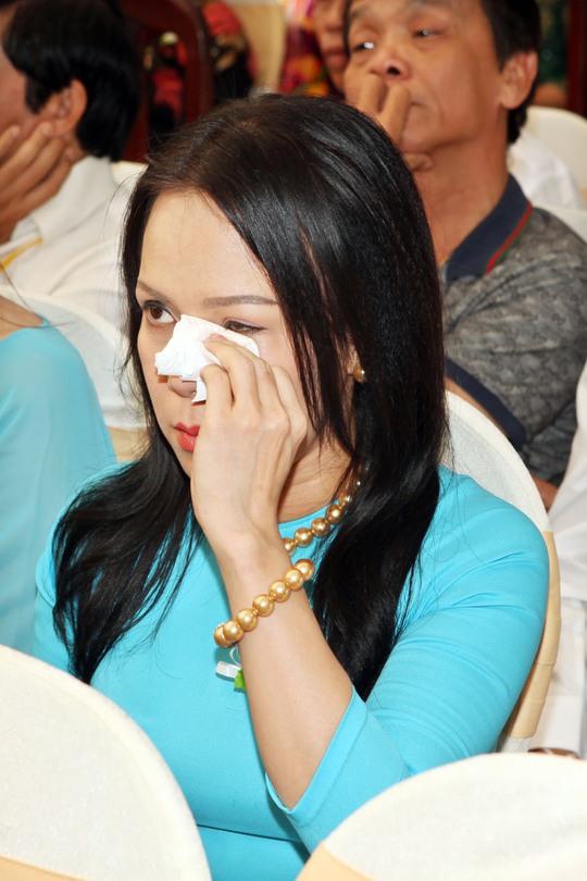 Việt Hương khóc nức trong lễ Vu Lan Báo Hiếu sáng nay tại một ngôi chùa Tỉnh Bà Rịa Vũng Tàu.
