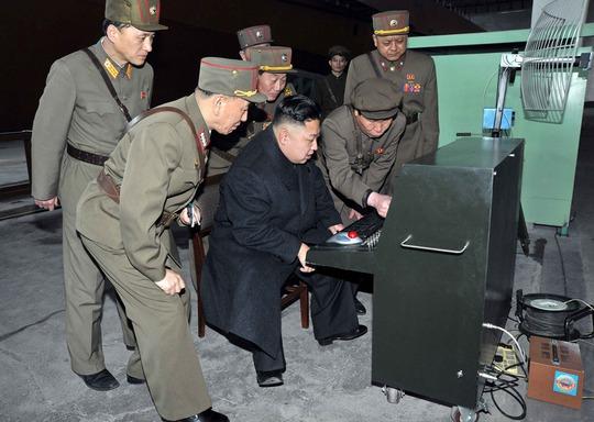 Kim Jong-un tìm hiểu một thiết bị dùng trong quân đội trong một chuyến thị sát năm 2013. Ảnh: Reuters