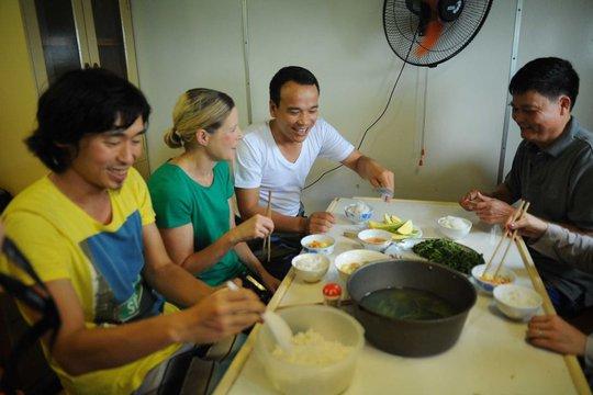 Nữ phóng viên Samantha Hawley ăn cơm cùng thuyền trưởng Nguyễn Văn Hùng trên tàu 8003. Ảnh: CSB Việt Nam