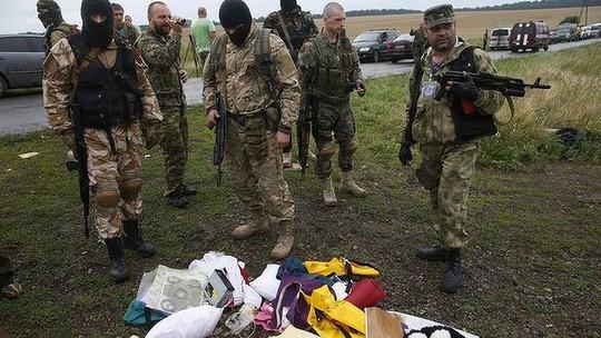 Phiến quân ly khai thân Nga có mặt tại hiện trường vụ MH17 rơi hôm 17-7. Ảnh: Reuters
