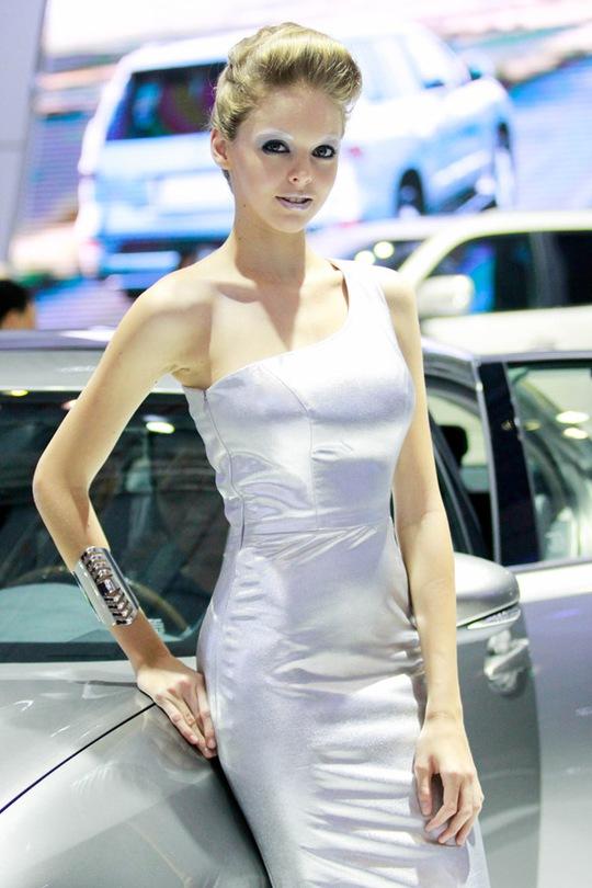 Mẫu Tây đọ sắc cùng mỹ nhân Việt tại Motor Show 2014