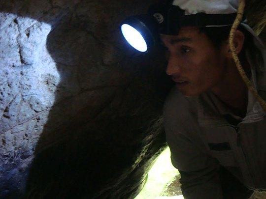Phải soi đèn pin để vào hang
