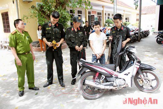 Cảnh sát cơ động kiểm tra phương tiện và tang vật