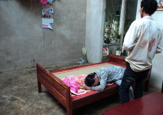 Chị Thịnh khóc ngất trước thi thể của đứa con trai bé bỏng