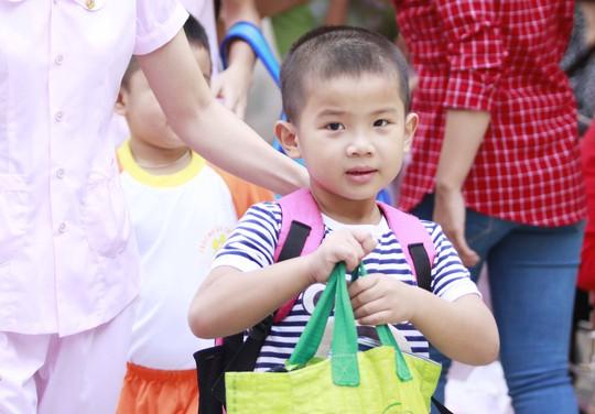 Một số em học sinh mới đăng ký vào trường, vẫn chưa có đồng phục nhưng vẫn rất háo hức khi dự lễ khai giảng