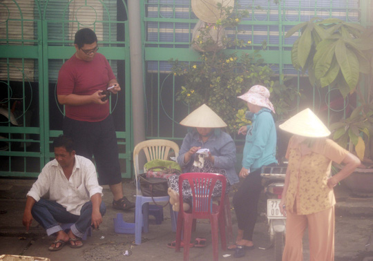 Bên ngoài ga Sài Gòn, cò vé hoạt động hết sức náo nhiệt, cần bao nhiêu cũng có vé!