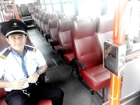 """Phía trong xe buýt có tên """"Kaze Shuttle"""""""