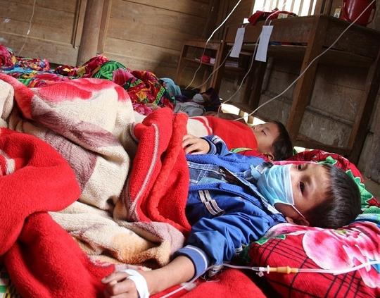 Các cháu bé bị sởi đang được điều trị tại Trường Tiểu học Piềng Cọc. Ảnh: VI HƠI