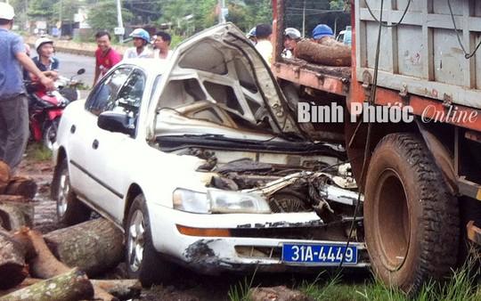Xe 4 chỗ biển xanh nát đầu, một người bị thương rất nặng