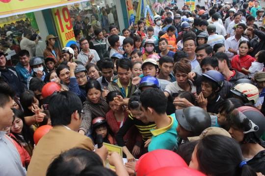 """Người dân chen nhau lấy phiếu bốc thăm """"Giờ vàng – giá sốc"""" chiều 29-11 tại TP.Buôn Ma Thuột, Đắk Lắk. Ảnh: Hà Bình"""