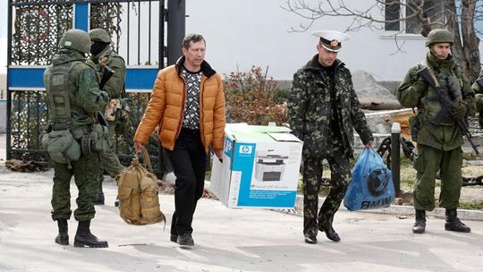 ...binh lính Ukraine rời đi nhưng nhiều người nói họ không đầu hàng. Ảnh: AP