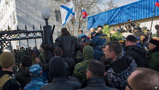 Binh lính thân Nga ào vào trụ sở hải quân Ukraine ở Crimea. Ảnh: AP
