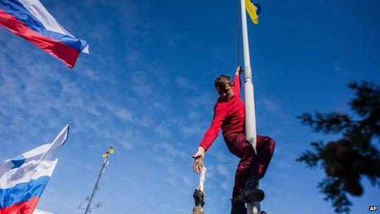 Cờ Ukraine ở trụ sở hải quân Ukraine bị thay bằng cờ Nga... Ảnh: AP