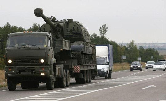 Xe tải quân sự của Nga chở pháo tự hành Msta-S ở Kamensk-Shakhtinsky, vùng Rostov hôm 19-8. Ảnh: Reuters