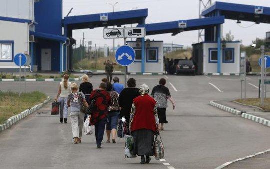 Người dân Ukraine sang Nga qua cửa khẩu ở thị trấn Donetsk thuộc vùng Rostov của Nga hôm 19-8. Ảnh: Reuters