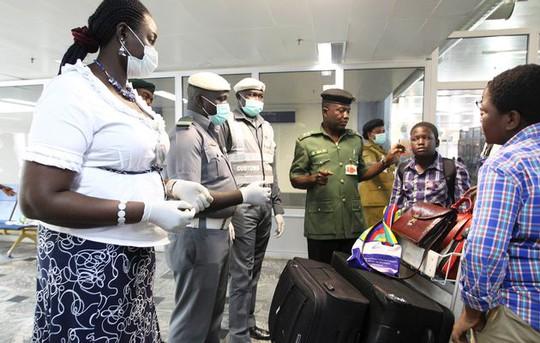 Kiểm tra y tế tại sân bay Nigeria