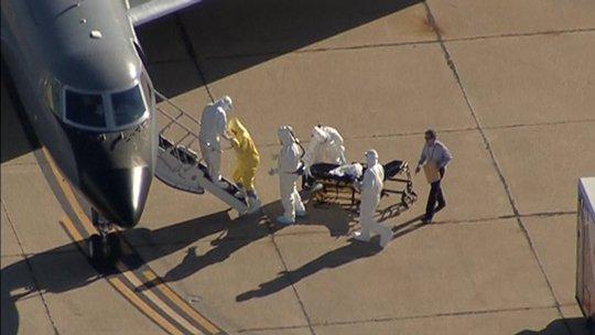 Các nhân viên y tế đưa Vinson lên máy bay
