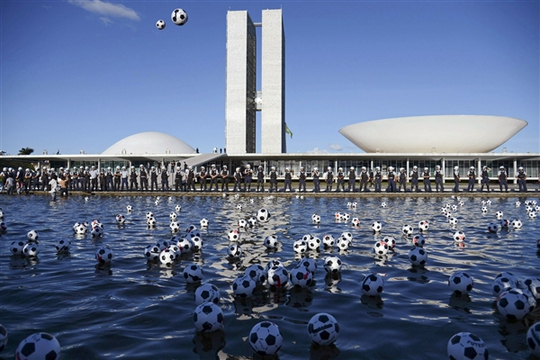 Người biểu tình ném những quả bóng trước tòa nhà Quốc hội Brazil để phản đối vấn đề tham nhũng và bất bình đẳng. Ảnh: Reuters