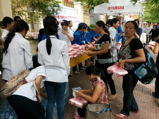 Sau khi hết giờ làm bài môn toán, Thành Đoàn TP HCM phối hợp Hội Doanh nghiệp trẻ TP trao 1.000 suất cơm miễn phí cho thí sinh và phụ huynh.
