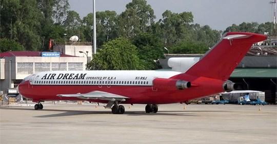 Chiếc máy bay Boeing 727-223 dầm mưa dãi nắng 7 năm qua tại sân bay Nội Bài. Ảnh: VEF