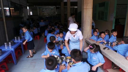 Học sinh trường Nguyễn Khuyến trong giờ ăn.