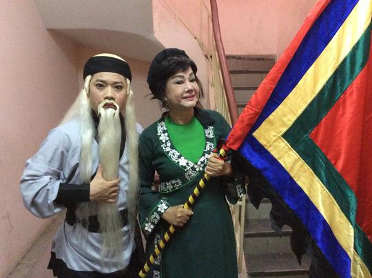 NS Chấn Cường (vai Nguyễn Địa Lô) và Kiều Phượng Loan trong chương trình dạy vũ đạo sân khấu