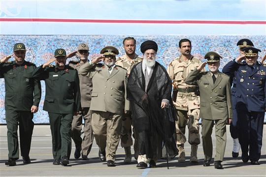 Lãnh tụ tối cao Ayatollah Ali Khamenei (giữa) dự một buổi lễ tốt nghiệp của học viên quân đội ở thủ đô Tehran ngày 5-10-2013. Ảnh: AP